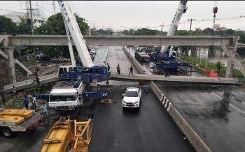ระทึก!สะพานลอยหล่นหักขวางถนน โปรดเลี่ยงสัญจรเส้นรังสิตนครนายก