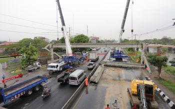 เคลียร์สะพานลอยรังสิต-นครนายกหักขวางถนน เปิดจราจร1ช่องระบายรถ (ชมคลิป)