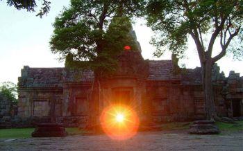 มหัศจรรย์หนึ่งเดียวในโลก! ชวนเที่ยวปราสาทพนมรุ้ง ชมดวงอาทิตย์ลอด15ช่องประตู