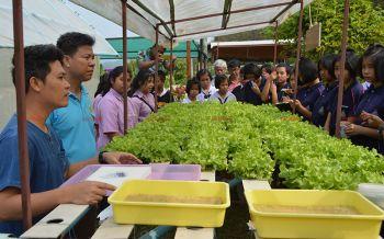 คณะครู-นักเรียนอุตรดิตถ์ศึกษาดูงานฟื้นฟูป่าตามโครงการอ่างเก็บน้ำห้วยน้ำรี (ชมคลิป)