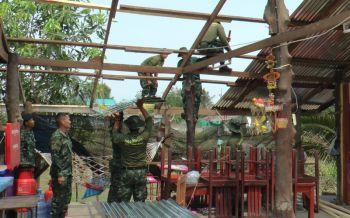 ทหารรุดซ่อมแซมบ้านเรือนหลังพายุฤดูร้อนถล่มบุรีรัมย์8อำเภอ