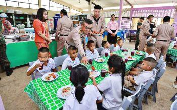 ทหารปืนใหญ่มอบอุปกรณ์การเรียนกีฬา-เลี้ยงอาหารกลางวันเด็ก