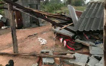 อุดรธานีพายุฤดูร้อนถล่มกุมภวาปีเละ! บ้านพังต้นไม้ใหญ่ล้มทับรถยนต์