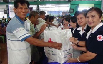 บุรีรัมย์-กาชาดสุรินทร์มอบถุงยังชีพช่วยผู้ประสบภัยพายุถล่มกว่า400ครัวเรือน