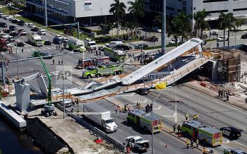 สะพานลอยถล่มทับรถในรัฐฟลอริดา!เจ็บ-ตายหลายราย (ชมคลิป)