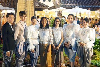 รวมภาพประทับใจ...  ศิลปินแกรมมี่ สวมชุดไทยพบประชาชน