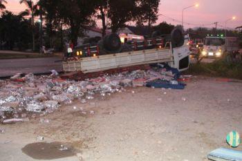 รถบรรทุกน้ำแข็งพุ่งชนรถบรรทุกโซดาคว่ำ เทกระจาดขวดแตกเกลื่อนถนน
