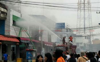ระทึก!ไฟไหม้ร้านจำหน่ายชุดนักเรียนหน้าห้างดังสุรินทร์เสียหายกว่า1ล้าน