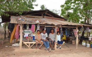 วอนช่วย3พี่น้องสุดอาภัพ แม่ขายแรงงานกทม.-พ่อพิการ บ้านผุพังไร้ไฟฟ้าประปา