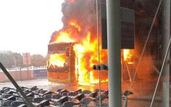 เกิดเหตุเพลิงไหม้\'รถบัส\'ในสนามบิน\'อังกฤษ\' ยกเลิกเที่ยวบินทั้งหมด (ชมคลิป)