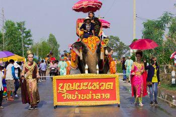 อลังการ! ช้างกว่า70เชือก-ชาวบ้านท่าลาด แห่\'บุญผะเหวดโบราณ มหาทานบารมี\'