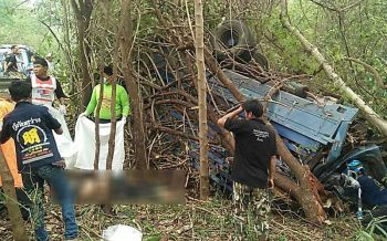 รถขนอ้อยเบรกแตก! เสียหลักคว่ำลงข้างทางทับลุง-หลานดับ2ศพ
