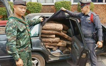 มุกดาหารสกัดจับหนุ่มใหญ่ขับรถหรูขนไม้พะยุง