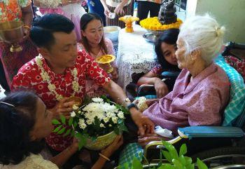 ผู้ว่าฯตรังร่วมรดน้ำดำหัวขอพรผู้สูงอายุ พบคุณยาย111ปียังแข็งแรง