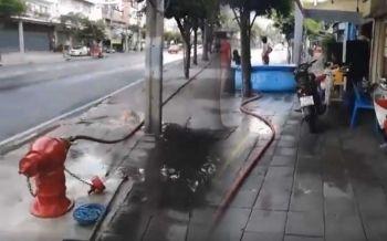 แบบนี้ก็ได้เหรอ! กลุ่มคนต่อสายหัวแดงดับเพลิง เอาน้ำเล่นสงกรานต์แถวป้ายรถเมล์ (ชมคลิป)