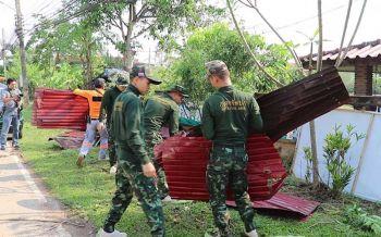 พายุถล่มเมืองเลย ซัดบ้านพังกว่า100หลัง ทหารรุดเข้าช่วยเหลือชาวบ้าน