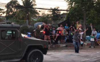 เมื่อชาวบ้านเล่นน้ำสงกรานต์? เจอรถทหารผ่านมาถึงกลับต้องหยุดเต้น พร้อมเปิดเพลง\'ลุงตู่\' (ชมคลิป)