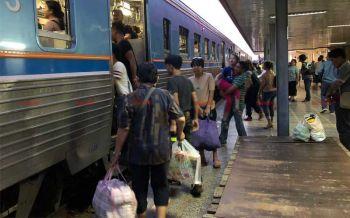 ชาวหนองคายหิ้วข้าวสารอาหารแห้ง ขึ้นรถไฟกลับกรุงหลังสงกรานต์