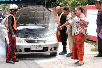 รถเก๋งควันโขมงหวิดไหม้กลางด่านจราจร เคราะห์ดีที่เจ้าหน้าช่วยไว้ทัน