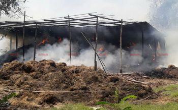 ไฟไหม้โรงเก็บฟางอัดก้อนที่สุโขทัยเสียหายกว่า3แสนบาท