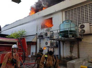 ไฟไหม้โรงงานผลิตแป้ง ย่านวัดสำโรงใต้ เจ้าหน้าที่ระดมรถดับเพลิงวุ่น
