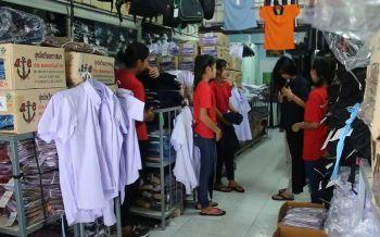 ใกล้เปิดเทอมแห่ซื้อชุดนักเรียนคึกคัก! ร้านค้าปลีกปรับขึ้นราคา10-15บาท