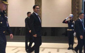 \'บิ๊กตู่\'กลับจากประชุมที่สิงคโปร์ เดินยิ้มรับสื่อ-ปัดให้สัมภาษณ์
