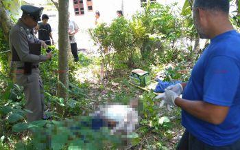 ชาวบ้านแจ้งพบศพหนุ่มก่อสร้างดับปริศนาใต้ต้นมะพร้าวคาดเป็นลมแดด