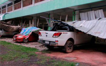 พายุถล่ม! พัดหลังคารถร.ร.เมืองบุรีรัมย์ปลิวทับรถครูเสียหาย3คัน
