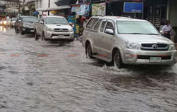 ฝนกระหน่ำบุรีรัมย์ น้ำท่วมถนนสูงกว่า50ซม.-จนท.เร่งระบาย