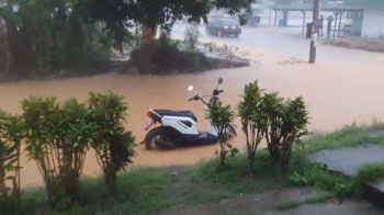 อ่วม! ฝนถล่ม\'ทุ่งใหญ่\'เมืองคอน ท่วมถนนเศรษฐกิจ (คลิป)
