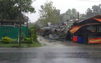 พายุฤดูร้อนถล่มสุรินทร์ เสาไฟฟ้าหักทั้งหมู่บ้าน-ลมแรงพัดหลังคาบ้านปลิวว่อน