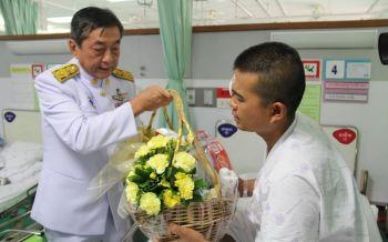 ร.10พระราชทานดอกไม้ตะกร้าสิ่งของแด่อาสาสมัครทหารพรานบาดเจ็บ