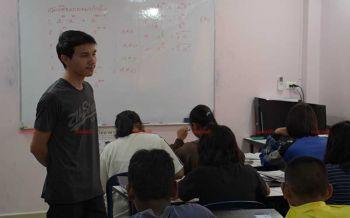 ผู้กองหนุ่มยอมทิ้งอาชีพตำรวจ เพื่อเปิดบ้านสอนหนังสือฟรี สานฝันอนาคตเด็กยากจน