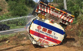 รถบรรทุกน้ำมัน42,000ลิตรพลิกคว่ำ คนขับบาดเจ็บสาหัส