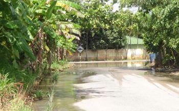 ชาวบ้านร้องชุมชนหนองก้างปลาน้ำท่วมยาวกว่า150ม.นานกว่า1เดือนส่งกลิ่นเหม็นตลบอบอวล