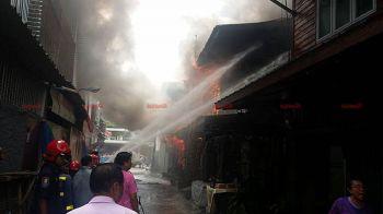 ไฟไหม้ตึกแถวกลางตลาดสด วอด5คูหา-คาดจุดธูปไหว้พระทิ้งไว้