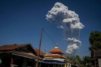 \'อินโดฯ\'ยกระดับเตือนภัยการบินระดับสูง หลังภูเขาไฟ\'เมราปี\'พ่นเถ้าถ่านสูง6กม.