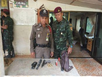 ทหาร-ตร.\'สิชล\'ลุยกวาดล้างอาวุธ-ยาเสพติด  รวบผู้ต้องสงสัย-พบ\'ผู้ใหญ่บ้าน\'ฉี่ม่วง