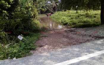หญิงวัย56ปีวอนผู้ใจบุญช่วยสร้างทางเดินออกจากบ้าน หลังน้ำท่วมทั้งปีหลานๆต้องลุยน้ำไปรร.