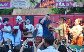 พ่อเมืองอุตรดิตถ์โชว์ลีลาตำส้มตำ-ปอกทุเรียน เปิดเทศกาล'ชิมทุเรียน หลง-หลินลับแล'(ชมคลิป)