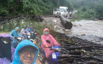 วอนช่วยที! หน้าฝนโคลนถล่มถนนขาด ครูบนดอยเดินทางสอนหนังสือเด็กลำบาก