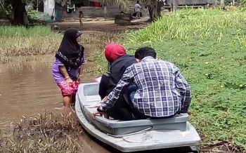 พม.รุดช่วยหญิงหม้ายปัตตานี วอนผู้ใจบุญสร้างทางเดินเข้าออกบ้านถูกน้ำท่วมทั้งปี