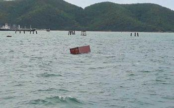ลอยเกลื่อนทะเล! เรือบรรทุกตู้คอนเทนเนอร์จมทะเลบริเวณเกาะท้ายตาหมื่น จนท.เร่งกู้