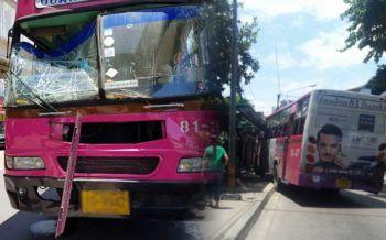 วิ่งหนีกระเจิง! รถเมล์เบรกแตกพุ่งชนท้ายสองแถว ก่อนชนป้ายหน้าห้างฯดังเจ็บระนาว