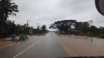 ระนองฝนตกต่อเนื่องน้ำเริ่มท่วมถนนเพชรเกษมบางจุด