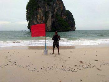 กระบี่ขึ้นธงแดง! แจ้งเตือนเรือขนาดเล็กงดออกจากฝั่ง ฝ่าฝืนพักใบอนุญาต 6 เดือน