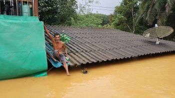 ระนองอ่วม! ฝนตกหลายวันน้ำป่าทะลักเข้าท่วมหลายหมู่บ้าน \'ชาวปากจั่น\' เดือนร้อนหนัก