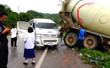หวิดตกเหว!! รถโม่ปูนชนรถตู้นักเรียน 2 คันซ้อน เดชะบุญ 30 หนูน้อยปลอดภัย