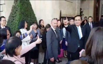 ไอเลิฟยู!บิ๊กตู่บอกวันหน้าไทยเจริญมาก คนไทยในฝรั่งเศสแห่ให้กำลังใจบอกให้เป็นนายกฯนานๆ